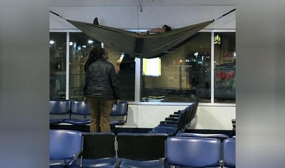 Турист решил отдохнуть в аэропорту и подвесил гамак под потолком (фото)