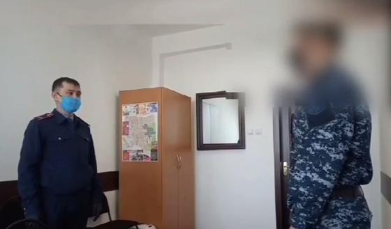 Просившего деньги на сигареты сотрудника СОБР заставили прилюдно снять погоны (видео)
