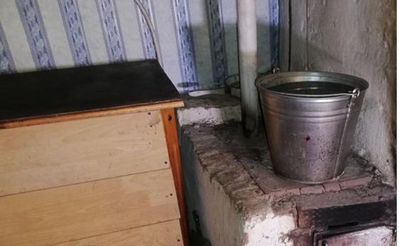 Көпбалалы отбасы кішкене баласы тұншығып өлген қауіпті үйде тұруға мәжбүр
