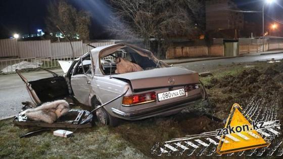 Автомобиль несколько раз перевернулся на Аль-Фараби в Алматы (фото, видео)