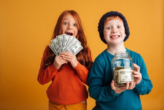 Дети держат в руках деньги