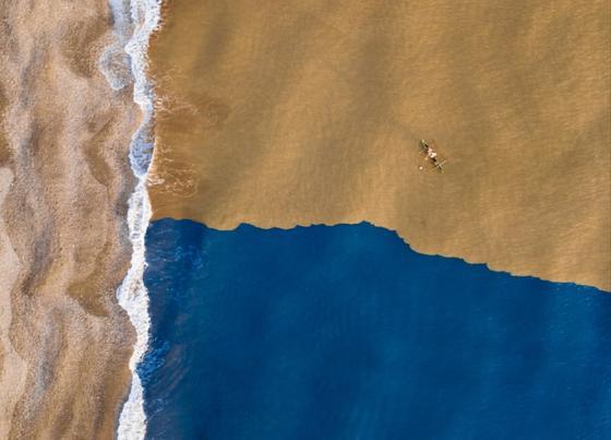 Слияние в океане синего и коричневого цветов