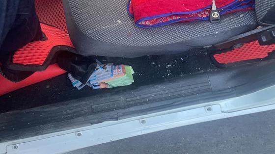 Пачки денег под сиденьем авто