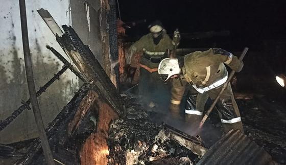 Пожарные разгребают завал после пожара