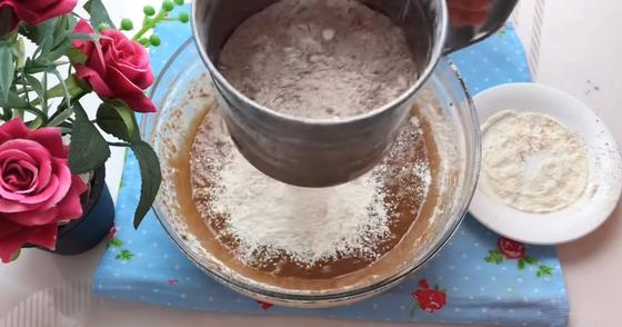 Просеивание муки в миску с какао