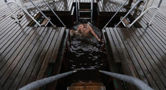 Мужчина окунулся в прорубь на Крещение и сломал шею