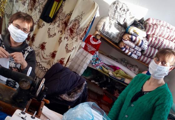Ленинское ауылының жас кәсіпкері медициналық маска тігіп, емханаға тегін таратты
