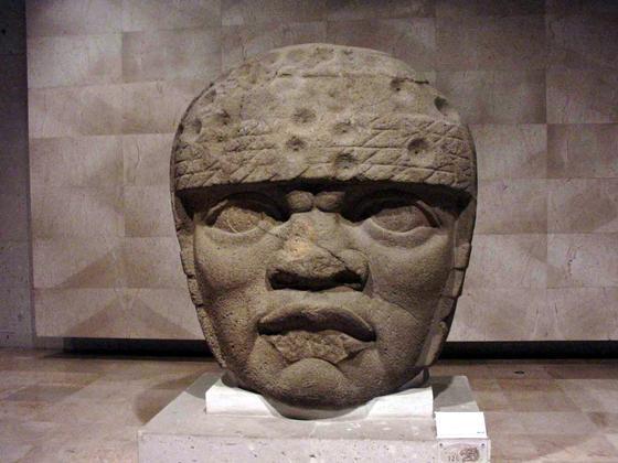 Большая каменная голова