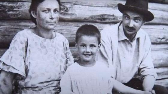 Миша Пришвин с родителями