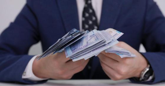 Прокурора и следователя подозревают во взятке в 30 тысяч долларов