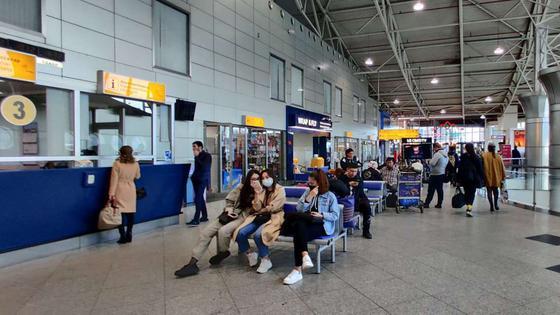 Пустой зал прилета: как живет аэропорт Алматы в условия режиме ЧП (фото)