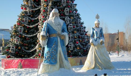 Дед Мороз и Снегурочка на фоне елки