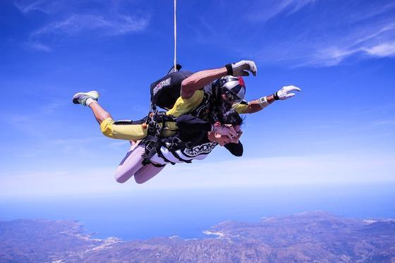 Девушка прыгает с парашютом