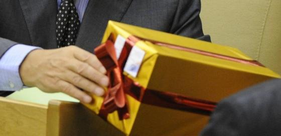 Шымкентские чиновники сдали свои подарки в спецфонд