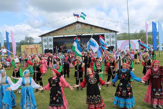 Танцуют женщины в национальных костюмах