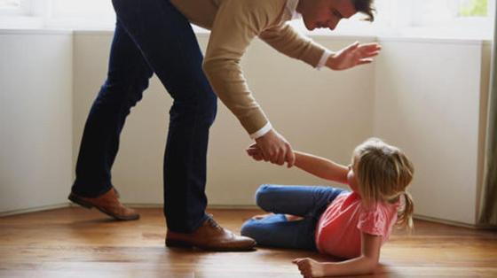 Отчим избил девочку: мать с тремя детьми получила комнату в Карагандинской области