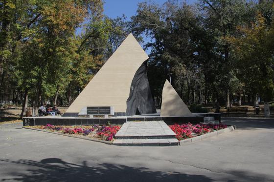 Памятник стоит в парке
