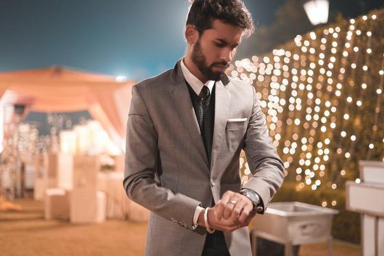 мужчина в сером костюме