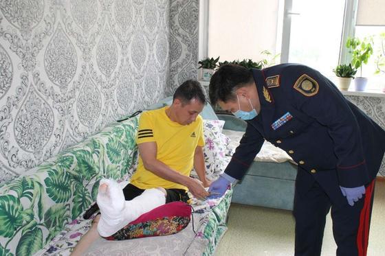 Поломавшего ногу при задержании педофила полицейского наградили в Алматы