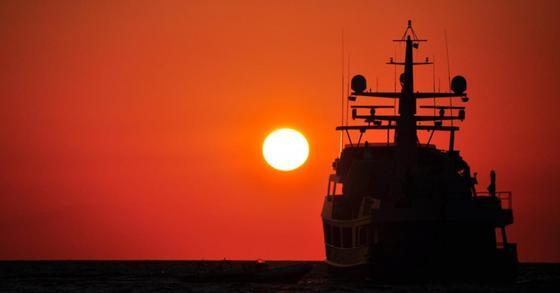 Мигранты захватили спасший их корабль в Средиземном море