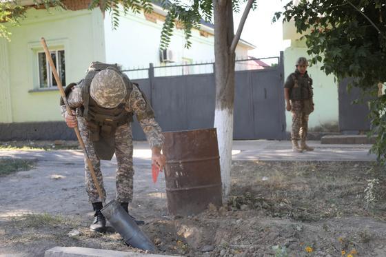 Саперы очищают улицы Арыси от боеприпасов (фото)