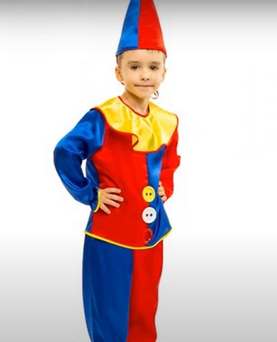 Мальчик в костюме клоуна
