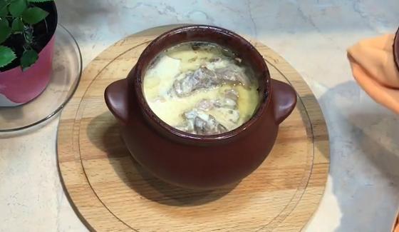 Говядина в горшочках в сметанном соусе на дощечке