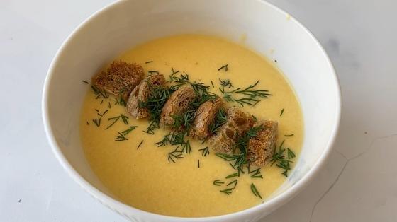 Сырный крем-суп в тарелке
