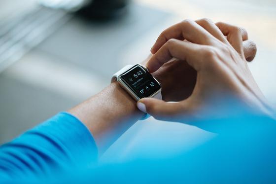 Мужчина проверяет смарт-часы на руке