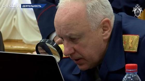 Зачем Бастрыкин рассматривал ноутбук через лупу и что говорят в соцсетях