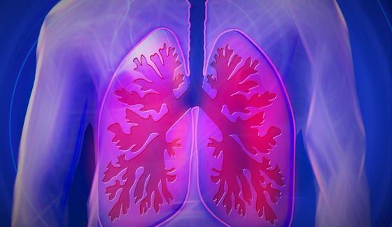 Какой кашель может быть симптомом рака легких, рассказали врачи