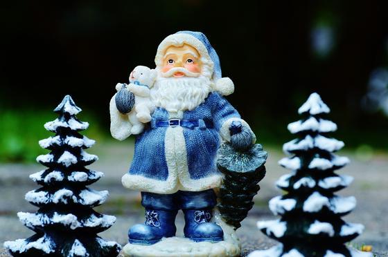фигурка Деда Мороза с елками