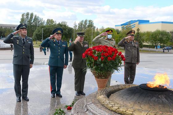 Начальники Генеральных штабов у вечного огня в Нур-Султане