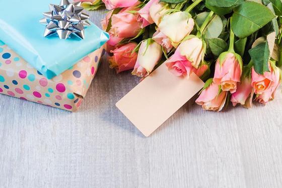 Новогодние подарки и цветы