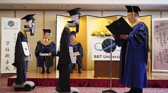 Жапонияда университет басшылығы дипломды түлектердің орнына роботтарға табыстады