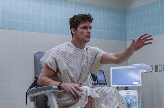 Мужчина сидит на кресле в больнице. Кадр из сериала «Загрузка»