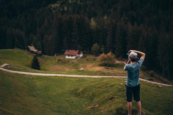 Мужчина фотографирует пейзаж