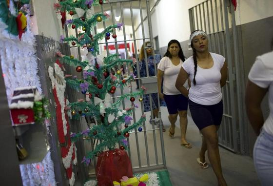 Праздничное веселье в бразильской женской тюрьме