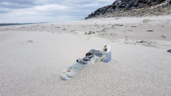 На пляжах по всему миру находят кроссовки Nike. Откуда они взялись?