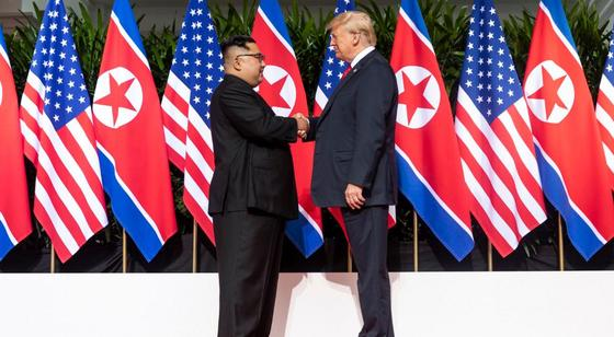 Трамп встретился с лидером КНДР Ким Чен Ыном на границе двух Корей