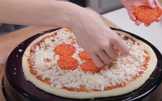 Колбаса «Пепперони» выкладывается на слой сыра