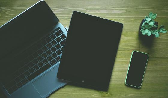Ноутбук, планшет и телефон на столе