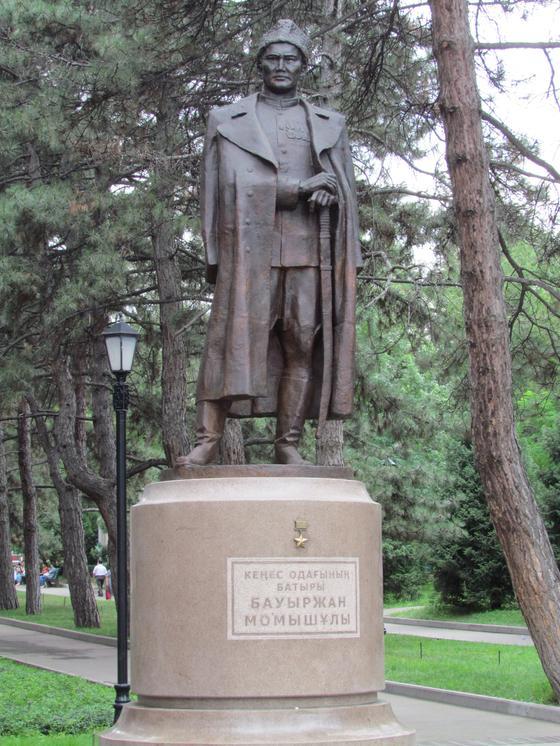 Чем известен Бауыржан Момышулы?