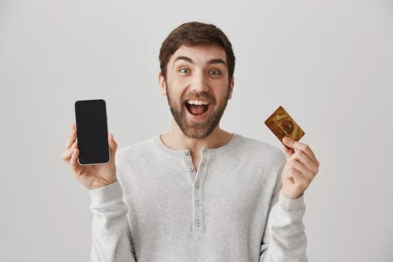 Мужчина держит телефон и карту
