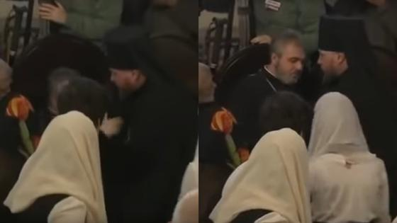 Священник потерял сознание рядом с Порошенко во время подписания томоса (видео)