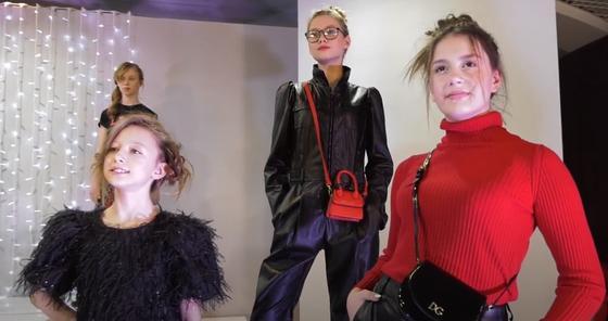 Девушки на подиуме в модной одежде 2021