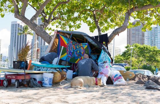 Рай для бомжей: бездомные заполонили пляжи на Гавайях