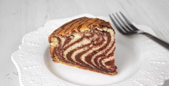 Готовый пирог «Зебра» в разрезе на тарелке