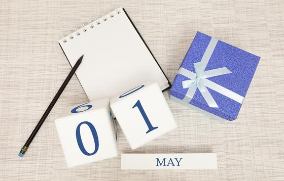 Календарь 1 мая, блокнот, карандаш и коробка с лентой