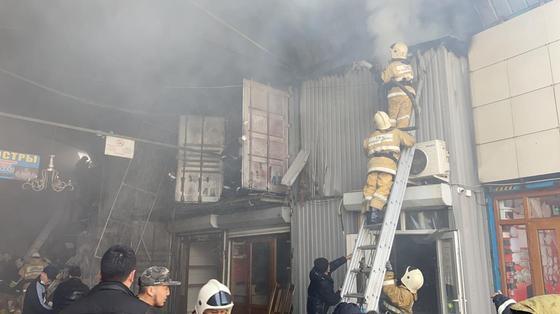 Пожарные тушат возгорание на рынке в Алматы
